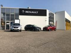 L'image contient peut-être: voiture et plein air, texte qui dit 'RENAULT'